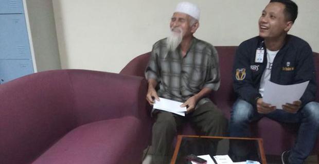 Bercanda Soal Bawa Bom Dan Anggota Teroris, Seorang Kakek Diturunkan Dari Pesawat!