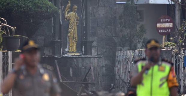 Memilukan, Berselimut Kabung Bagi Korban Tewas Ditengah Pengeboman Gereja di Surabaya